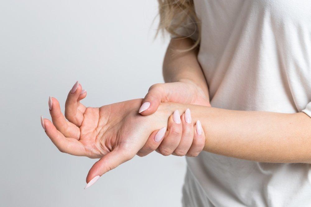 rankos skausmas tirpimas