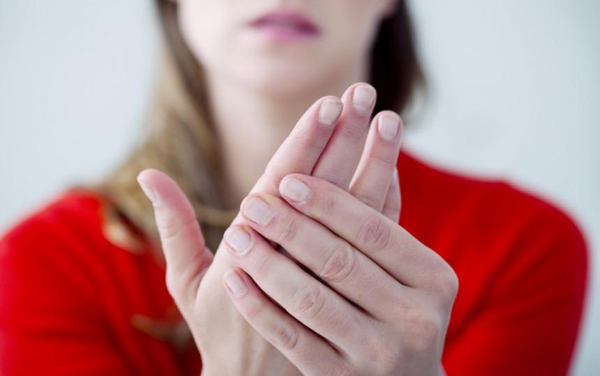 gydymas piršto sąnarių šepečiu prieš sąnarių uždegimo