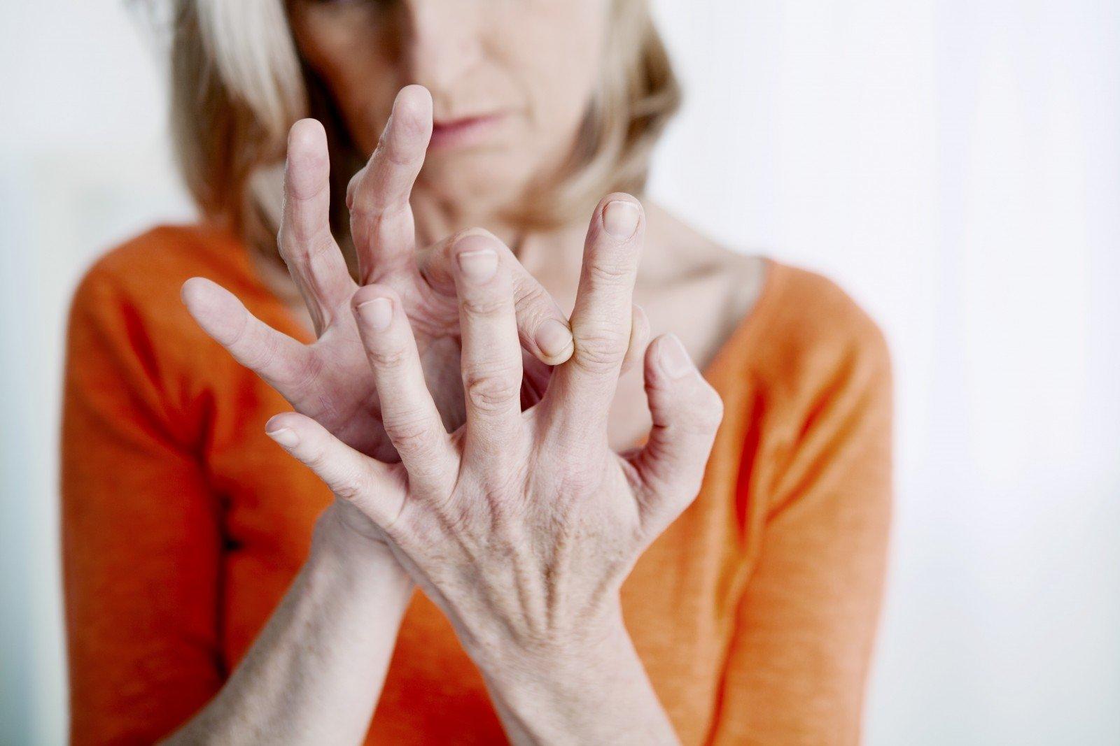 kelio traumos stiprus skausmas rankas šepečiais sąnarių