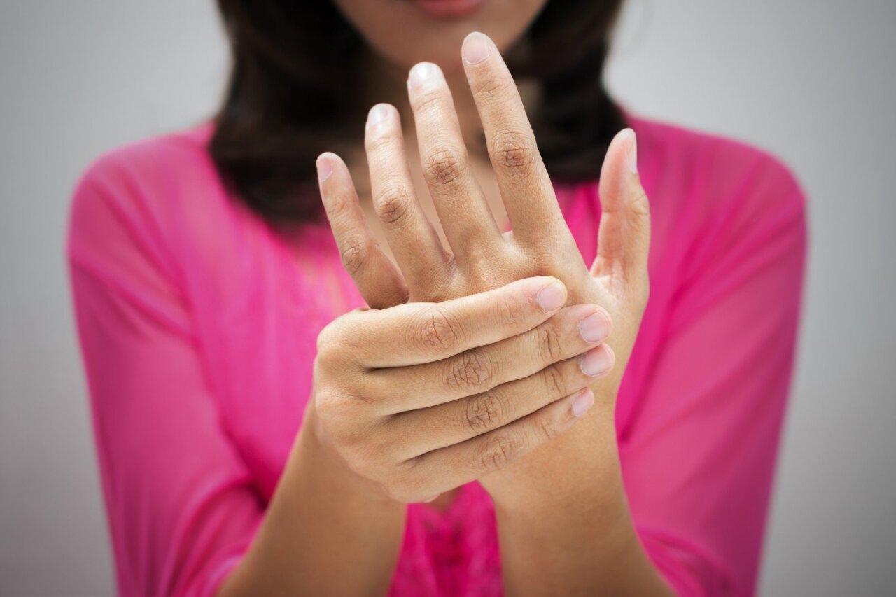 gerklės sąnarių kai sėdi dešinioji ranka sąnarių skausmas